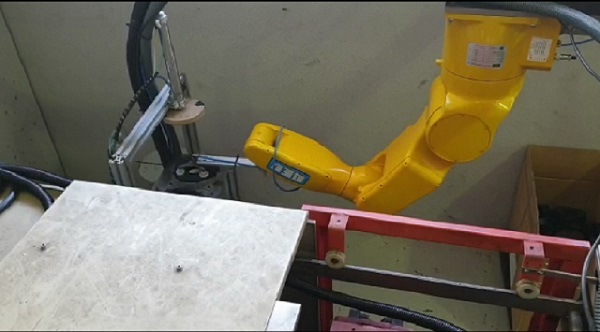 6 axis handling robot arm working for injection machine tending